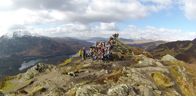 large group of people on top of Ben Aan/>